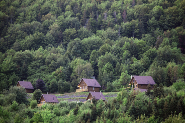 Chalets on the mountainside can be rented at Glenora